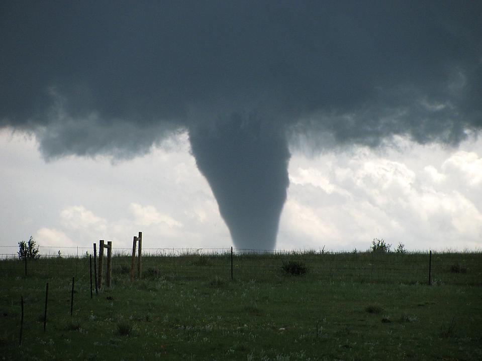 Торнадо недалеко от города Элберт, штат Колорадо в 40 милях от Денвера. Фото сделано во вторник. (Dawn Key/Associated Press)