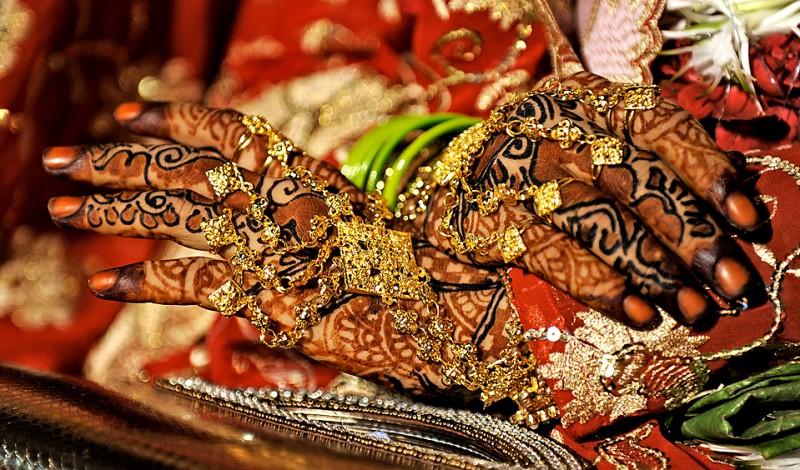 Индийские невесты перед началом массовой свадебной церемонии в Мумбаи. Массовые свадьбы, обычно проводимые общественными организациями, – обычное явление для Индии с ее более чем миллиардным населением, ведь традиции давать большое приданное и дарить на свадьбу дорогие подарки все еще широко распространены в некоторых слоях общества. (Sajjad Hussain/AFP/Getty Images)