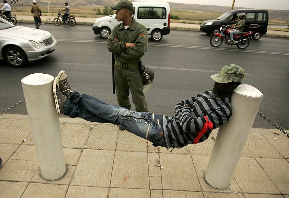 Мужчина на сидячей забастовке беженцев в Рабате, Марокко. Более сотни африканских беженцев устроили сидячую забастовку перед верховной комиссией по делам беженцев в марокканской столице, требуя выдать им визы в Европу. (Rafael Marchante/Reuters)