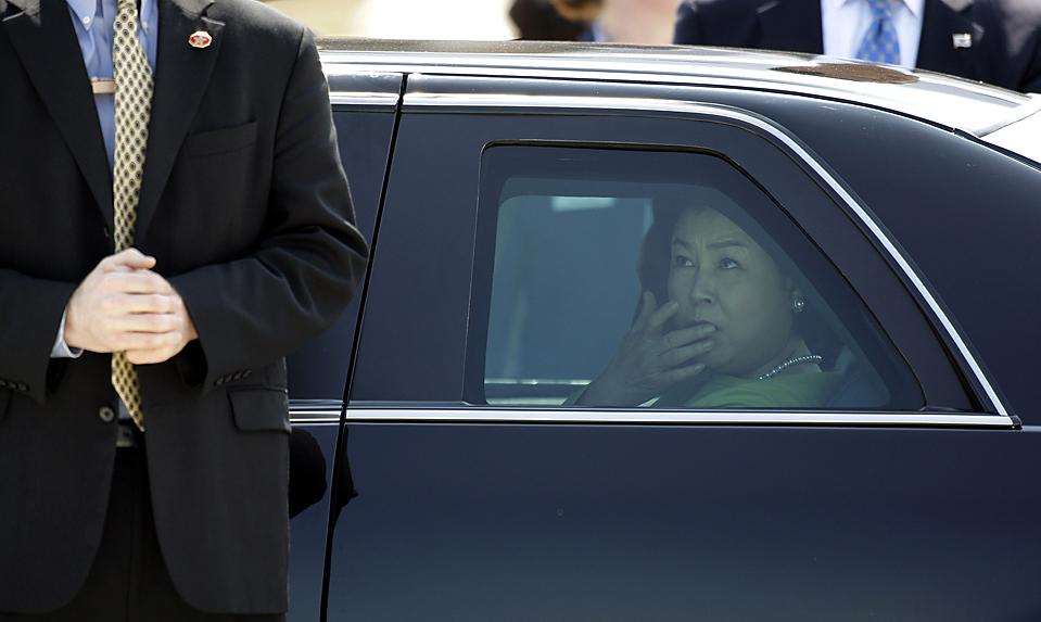 Ким Йен Ок, жена лидера Южной Кореи Ли Мён Бака выглядывает из машины по прибытию на летное поле военно-воздушной базы Andrews в Мериленде в этот понедельник. (Alex Brandon/Associated Press)