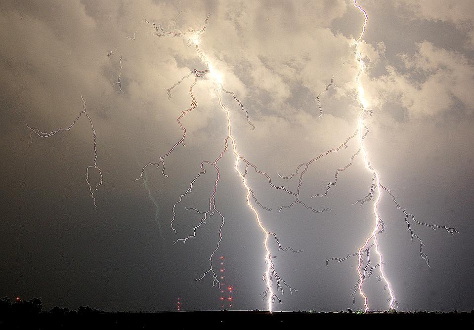 Молния над сельской местностью в Чероки Каунти, штат Миссури. (Carthage Press, John Hacke/Associated Press)