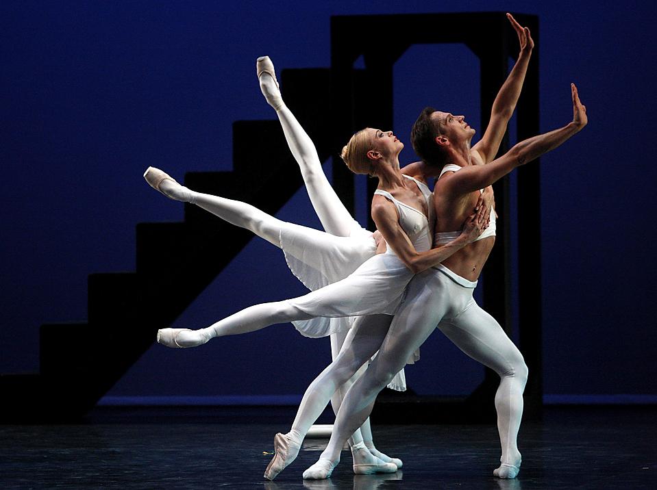 Танцоры Английского национального балета репетируют балет «Аполло» в лондонском театре Sadler's Wells. Эта Эта (Luke MacGregor/Reuters)
