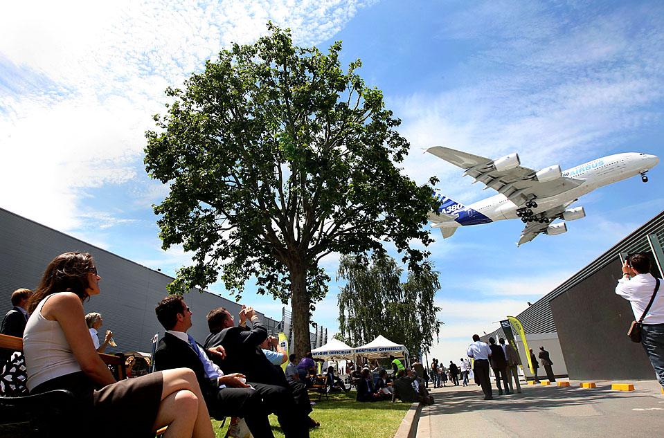 Посетители наблюдают за полетом Аэробуса А380 на Парижском Авиашоу в Ля Бурже. 48-е Международное Парижское Авиашоу продлится до 21 июня. (Adam Berry/Bloomberg News)