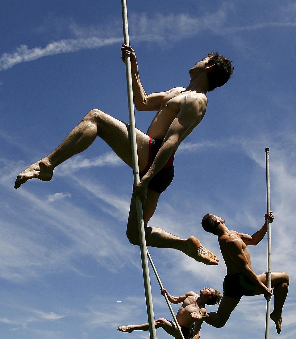 Танцоры балета Momix во время выступления в мюнхенском ботаническом саду во время шоу «Лучшее из Momix». Это представление будет повторяться до 27 июня. (Alexandra Beier/Reuters)