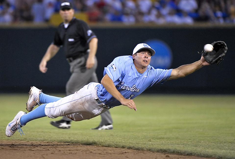 Второму базовому Майклу Леви из Северной Каролины не удалось поймать мяч, брошенный игроком из штата Аризоны Джейсоном Кипнисом во время игры NCAA College World Series в Омахе, штат Небраска. (Ted Kirk/Associated Press)