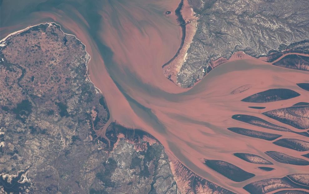 Дельта реки Бетсибока, около города Махадзанга на Мадагаскаре. (NASA/JSC)
