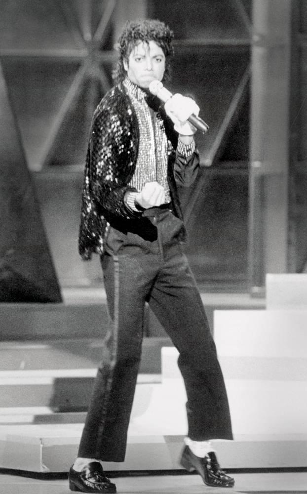 Майкл Джексон впервые показывает свою знаменитую «лунную походку» во время исполнения песни «Billie Jean». Это танцевальное движение, которое впоследствии стало визитной карточкой певца, ошеломило зрителей, и Майкл был коронован титулом «Король Поп музыки» (Bettmann/Corbis)