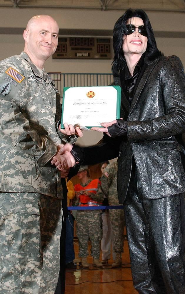 Майкл Джексон получает письменную благодарность от полковника Роберта М Валтмеера, командующего гарнизоном Зама в Японии 10 марта 2007 года. Майкл приветствовал тысячи американских военнослужащих и членов их семей. (U.S. Army via Getty Images)