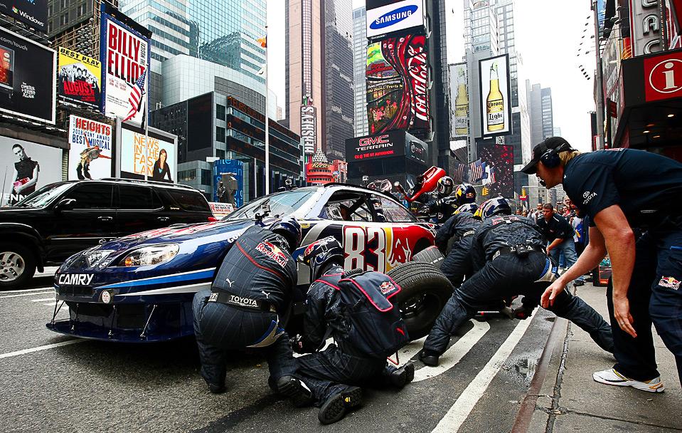 Брайан Викерс, водитель из команды NASCAR Red Bull Toyota делает рекламный пит стоп на 7 авеню Таймс Сквер 10 июня в Нью-Йорке. (Chris McGrath/Getty Images for Red Bull)