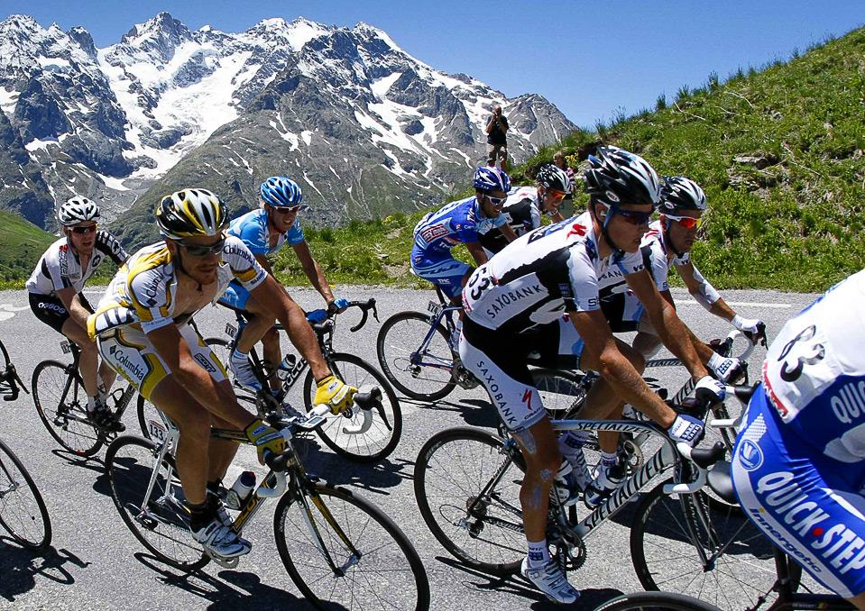 Велосипедисты едут вверх по перевалу Галибье во время седьмого этапа велогонки Dauphine Libere между Брианконом и Сан-Франсуа 13 июня. (REUTERS/Robert Pratta)