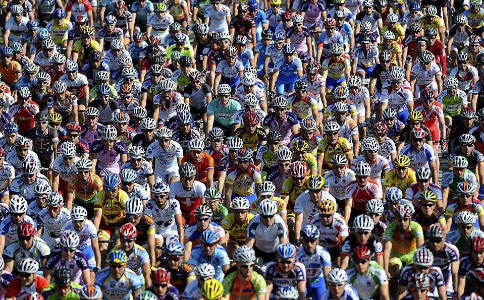 """Участники велосипедного марафона """"Franja""""на 98 миль (15,7 км) ездут по  словенской столице, Любляне 14 июня. (REUTERS/Srdjan Zivulovic)"""