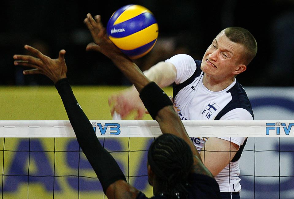 Юкка Лехтонен из Финляндии подает, а Иван Маркес из Венесуэлы пытается блокировать мяч во время матча Всемирной мужской волейбольной лиги в Каракасе 14 июня. (REUTERS/ Alejandro Rustom)