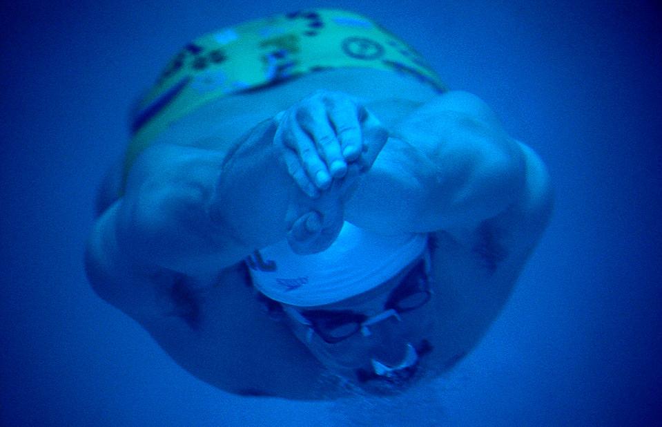 Майкл Фелпс разогревает на тренировке во время XLII Международной встречи пловцов 12 июня в Санта Кларе, штат Калифорния (Jed Jacobsohn/Getty Images)