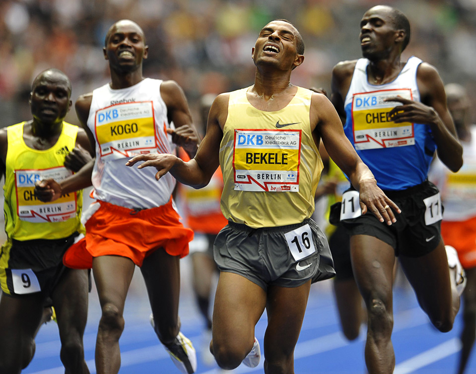 Кенениса Бекеле из Эфиопии, пересекает финишную линию во время мужского забега на 5000 метров на международных соревнованиях ISTAF Golden League по легкой атлетике в Берлине 14 июня. (REUTERS/Wolfgang Rattay)