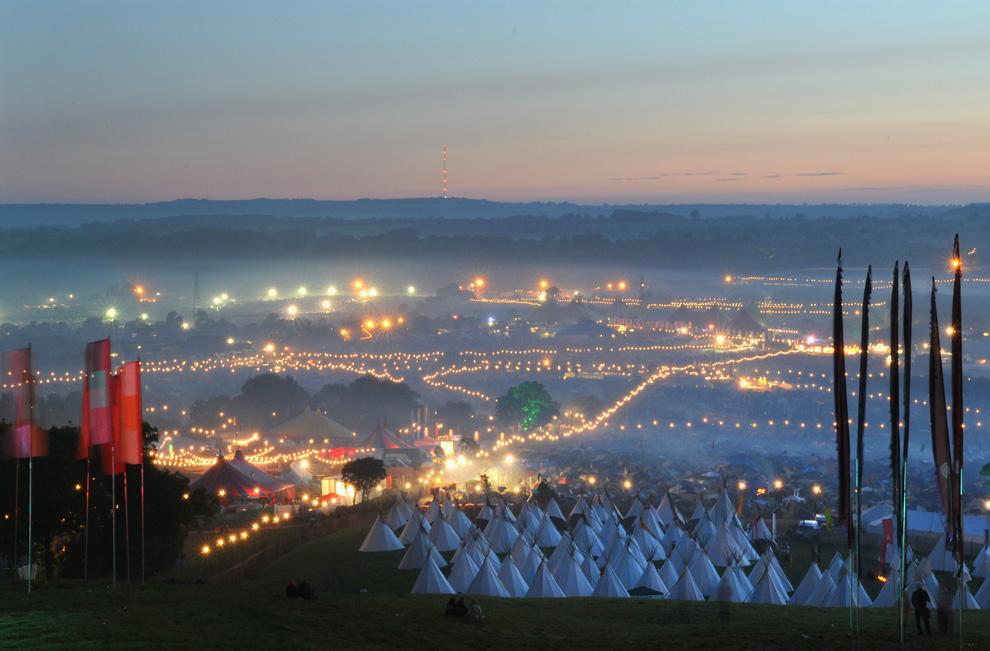 Вид на площадку фестиваля Гластонбери с холма Пеннард (Pennard Hill) на рассвете четвертого дня фестиваля, 28 июня 2009 года. (Jim Dyson/Getty Images)
