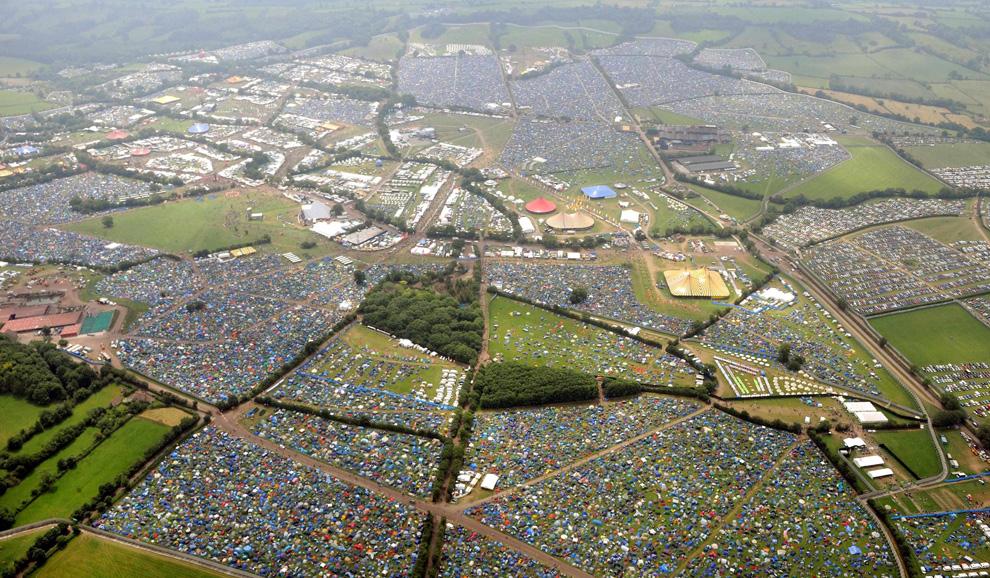 Вид с воздуха на место проведения фестиваля Glastonbury 2009 в английском графства Сомерсет. (AP Photo/Anthony Devlin/PA)