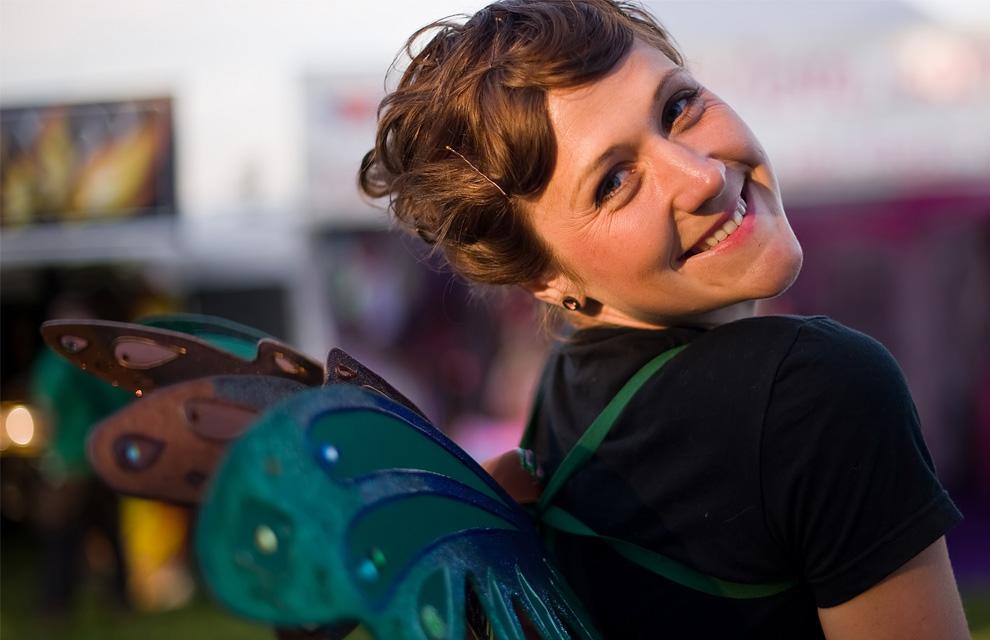 Девушка в образе сказочной феи позирует гостям фестиваля 24 июня 2009, в первый день Glastonbury 2009. (Leon Neal/AFP/Getty Images)