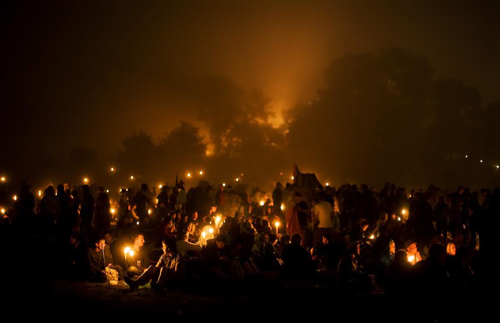 10) Гости фестиваля собрались возле каменного круга в первые несколько часов после начала второго дня ежегодного фестиваля Гластонбери 27 июня 2009. (Leon Neal/AFP/Getty Images)