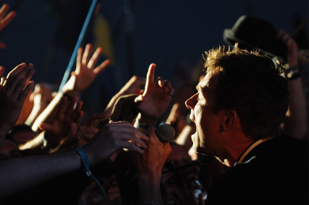11) Дэймон Албарн (Damon Albarn) выступает на Пирамидальной сцене с недавно воссоединившейся группой «Blur» во время четвертого дня фестиваля в Гластонбери, 28 июня 2009. (Jim Dyson/Getty Images)