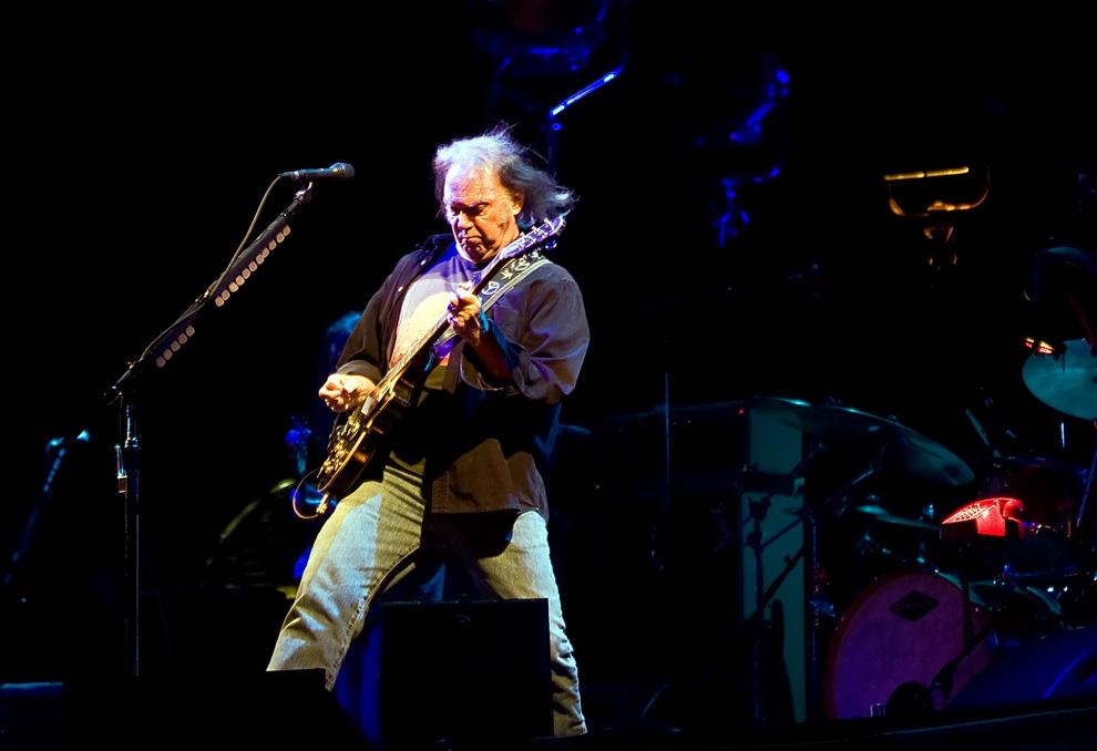 """12) Один из хедлайнеров фестиваля, канадский рок-музыкант Нил Янг выступает на Пирамидальной сцене в первый """"официальный"""" день Glastonbury 2009, 26 июня 2009. (Leon Neal/AFP/Getty Images)"""