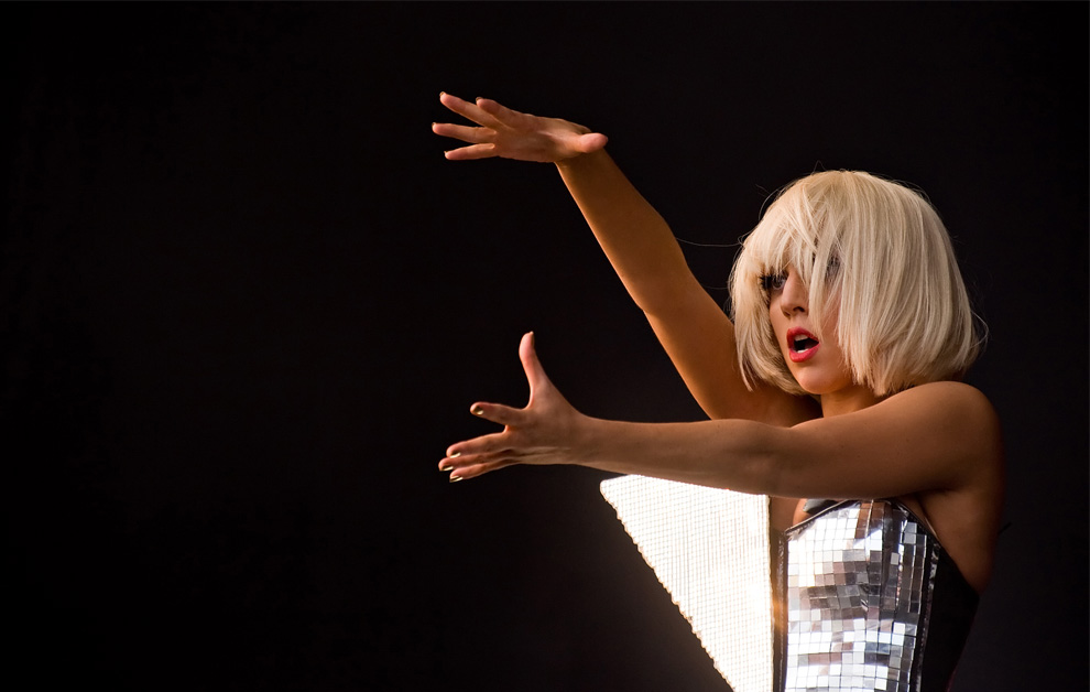 13) Американская певица Леди Гага выступает на Другой сцене (the Other stage) во время фестиваля Гластонбери 26 июня 2009. (Leon Neal/AFP/Getty Images)