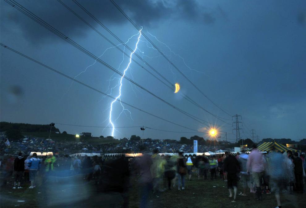 14) Молния в небе над фестивальной площадкой Гластонбери, четверг, 25 июня 2009. (AP Photo/Anthony Devlin)