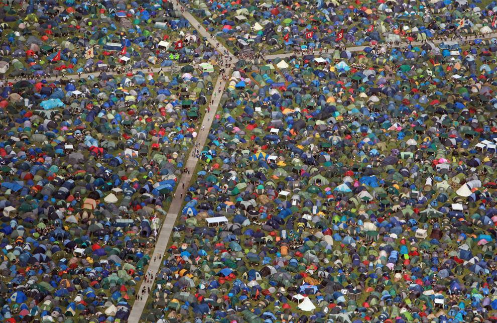 17) Многочисленные палатки музыкальных фанатов собравшихся на четырехдневный музыкальный марафон Glastonbury 2009. (Matt Cardy/Getty Images)