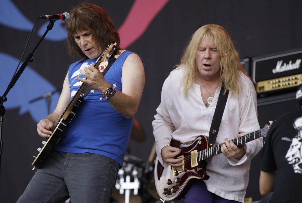 23) Майкл МакКин и Кристофер Гест из группы «Spinal Tap» выступают на Гластонбери в субботу 27 июня 2009. (AP Photo/Joel Ryan)