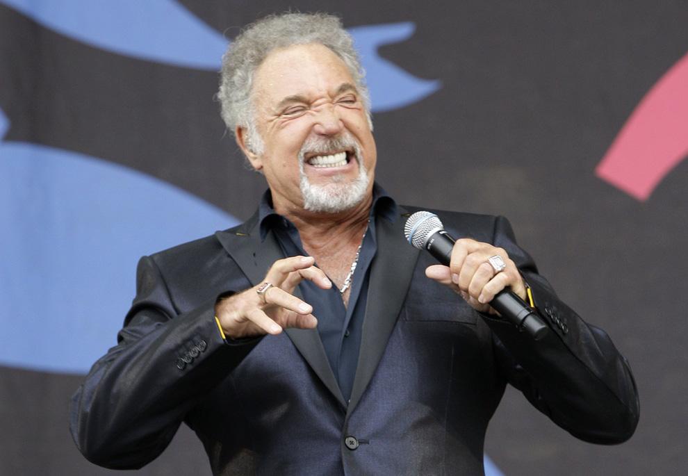 24) Валлийский певец Том Джонс выступает на фестивале в Гластонбери, в воскресенье 28 июня 2009. (AP Photo/Joel Ryan)