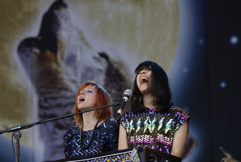 25) Британская певица и автор песен Наташа Хан (Natasha Khan) из «Bat for Lashes», справа,  и Шарлотта Хадерли (Charlotte Hatherley) на фестивале Гластонбери в воскресенье, 28 июня 2009. (AP Photo/Joel Ryan)
