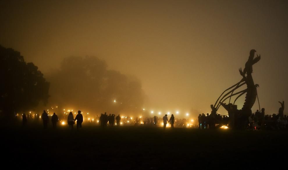 30) Фестивальные тусовщики собираются возле каменного круга ночью второго дня фестиваля Гластонбери, 27 июня 2009. (Leon Neal/AFP/Getty Images)