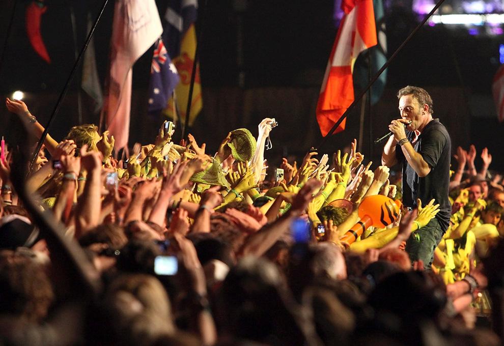 31) Брюс Спрингстин выступает на Гластонбери 27 июня 2009. (Matt Cardy/Getty Images)