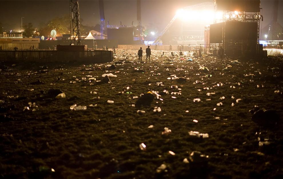 32) Мусор вокруг Пирамидальной сцены рано утром 29 июня 2009 после окончания фестиваля Гластонбери. (Leon Neal/AFP/Getty Images)