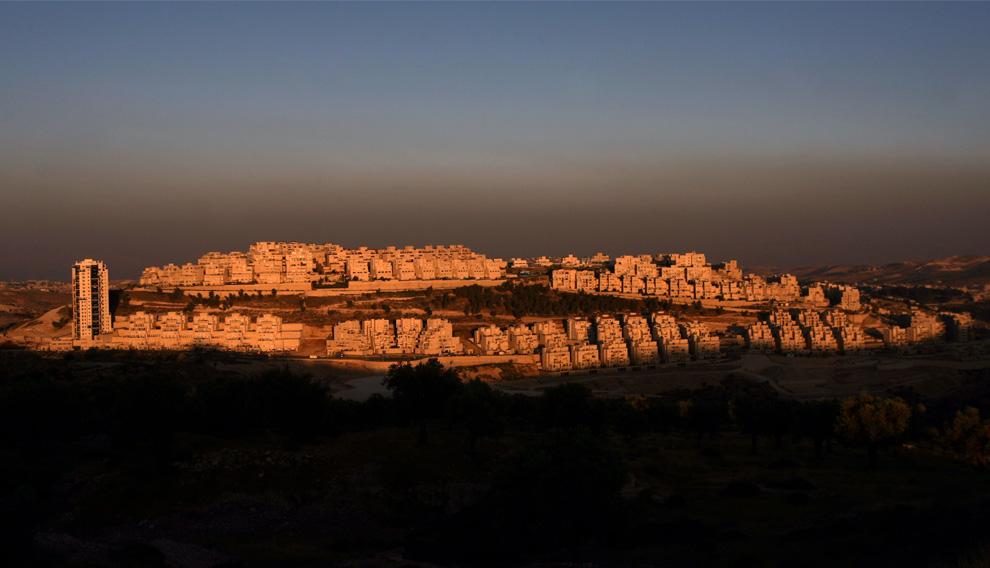 Еврейское поселение Хар-Хома на закате 3 июня 2009. (AHMAD GHARABLI/AFP/Getty Images)