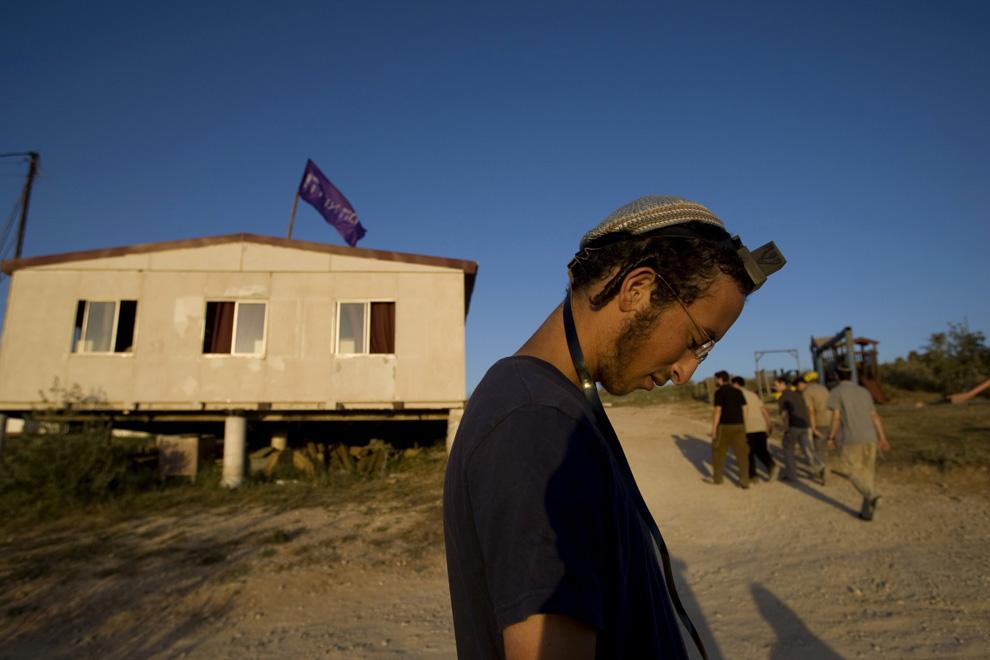 Еврейский поселенец стоит в незаконном поселении Хават Гилад на юге Западного берега у города Наблус 2 июня 2009. (REUTERS/Baz Ratner)