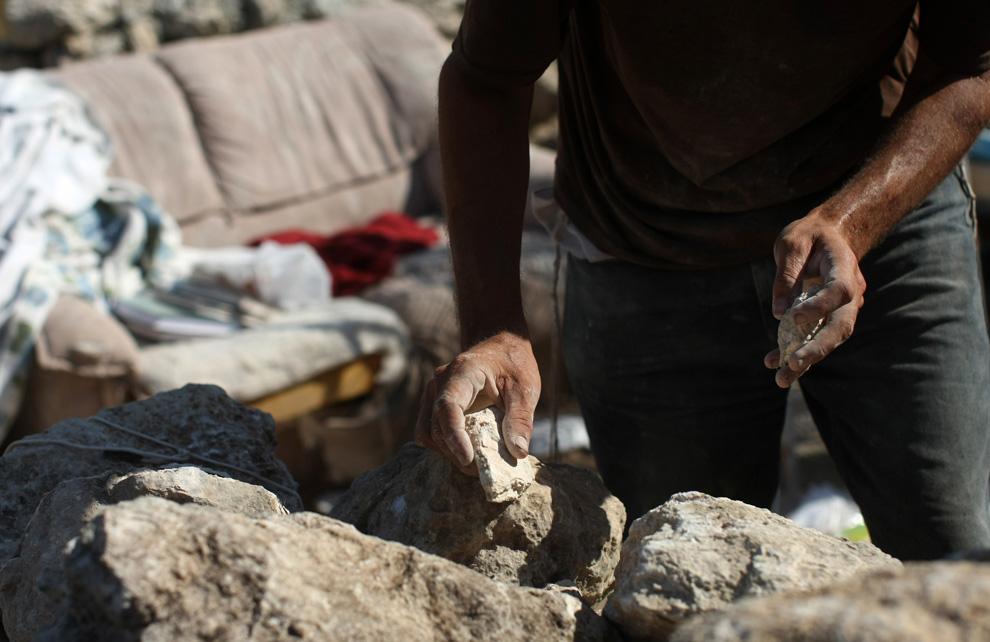 Еврейский поселенец восстанавливает укрепление Швут Ами 31 мая 2009 близ города Наблус расположенного на Западном берегу. Несанкционированное укрепление поселенцев на оккупированном Западном берегу было разрушено израильскими силами в начале недели. (Uriel Sinai/Getty Images)