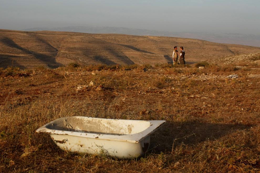 Поселенцы разговаривают в Маоц Эстер после того, как израильские полицейские накануне разрушили укрепление во второй раз. Фото сделано 4 июня 2009 года в Маоц Эстер близ Рамаллы, на Западном берегу. (Uriel Sinai/Getty Images)