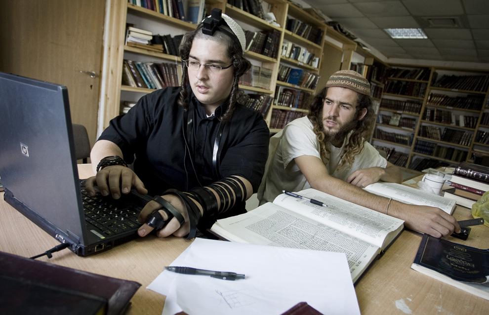Поселенцы занимаются вместе в йешиве (религиозной школе) в незаконном поселении Хават Гилад, к западу от города Наблус на оккупированном Западном берегу, 27 мая 2009. (JONATHAN NACKSTRAND/AFP/Getty Images)