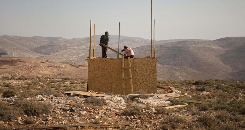Pemukim Yahudi konstruksi bangunan di desa Maoz Ester di Tepi Barat, dekat Ramallah, Rabu 10 Juni, 2009.  (AP Photo / Sebastian Scheiner)