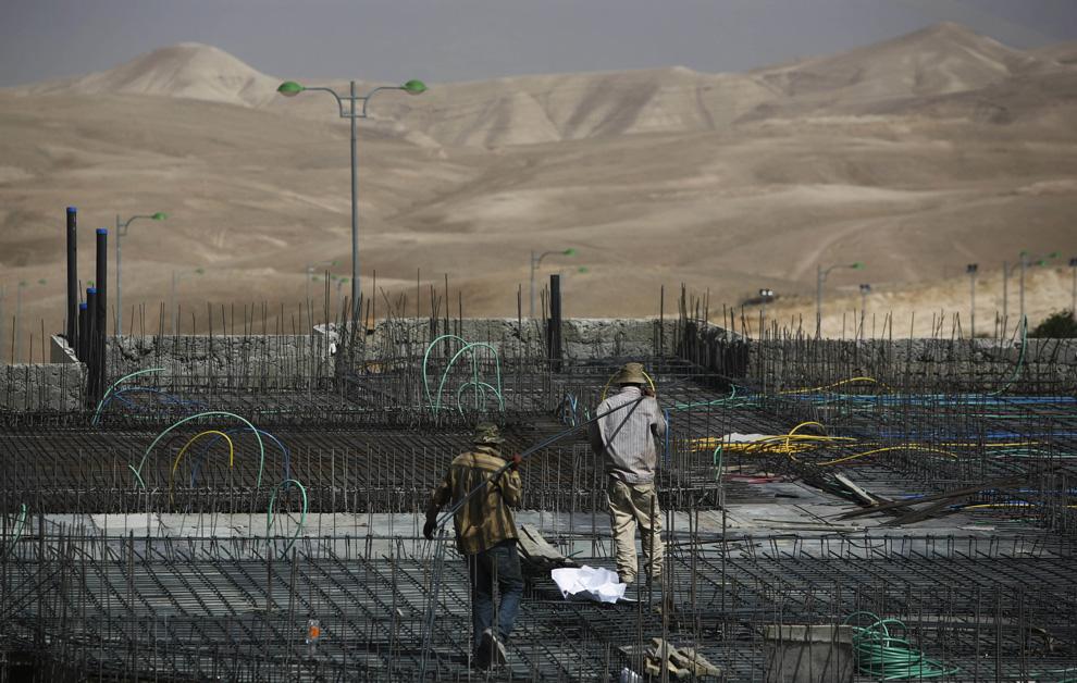 Palestina pekerja di konstruksi di Maale Adumim di Tepi Barat di pinggiran timur Yerusalem, Senin, 18 Mei, 2009.  (AP Photo / Dan Balilty)