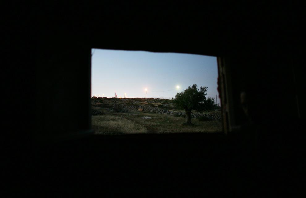 Lihat jendela dari pondok di puncak bukit di dekat pemukiman Yahudi ilegal Migron, 27 Mei 2009 ke timur laut Ramallah, Tepi Barat.  (Uriel Sinai / Getty Images)
