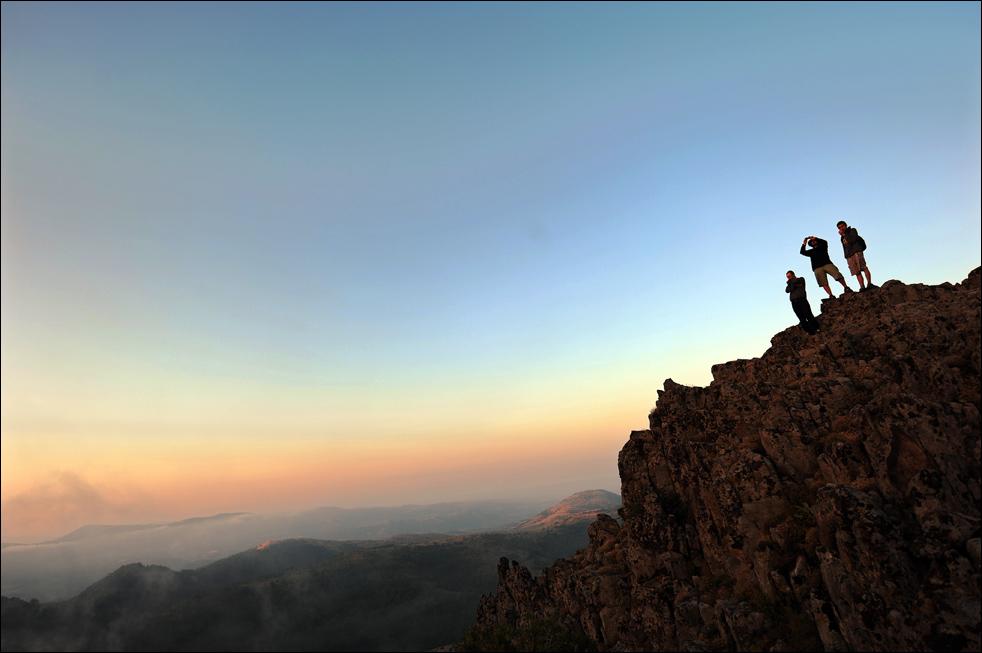 Люди стоят на скалистом гребне доисторической мегалитической обсерватории Кокино, вскоре после восхода солнца, рано утром 21 июня – в день летнего солнцестояния. (AFP/Getty Images/ Robert Atanasovski )