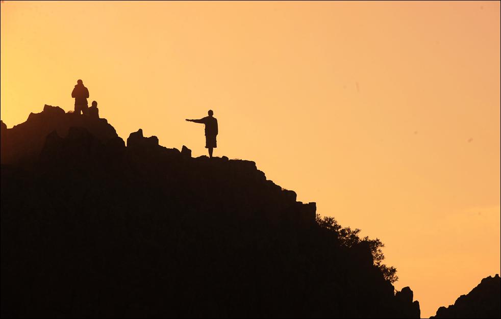 Летнее солнцестояние Люди стоят на скалистом гребне Кокино – важного археологического памятника на территории бывшей югославской республики Македония. Это предположительно доисторическая мегалитическая обсерватория, которую обнаружил в 2001 г. археолог Йовица Станковски в 30 км от города Куманово. Здесь имеются специальные каменные метки для отслеживания движения солнца и луны на восточном горизонте. В обсерватории использовался метод стационарного наблюдения, при отмечании положения солнца во время летнего и зимнего солнцестояния. (AFP/Getty Images/ Robert Atanasovski )