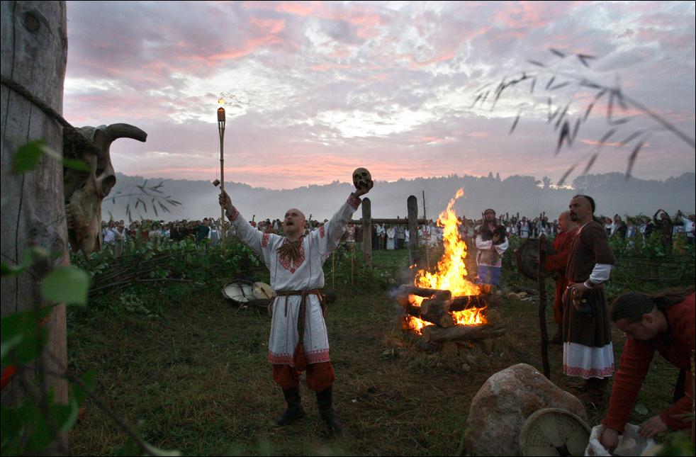 Славянские родноверы (язычники) празднуют день летнего солнцестояния под Малоярославцем, рано утром в субботу, 20 июня. (AP/Sergey Ponomarev)