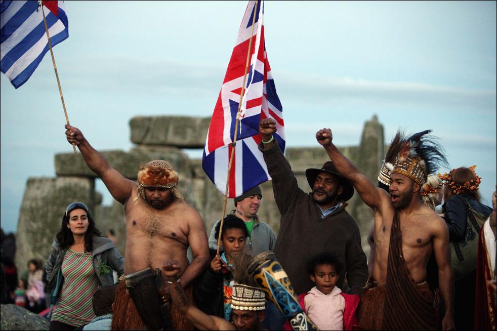 Празднование летнего солнцестояния в Стоунхендже 21 июня, около Эмсберри, Англия. (Getty Images/Matt Cardy)