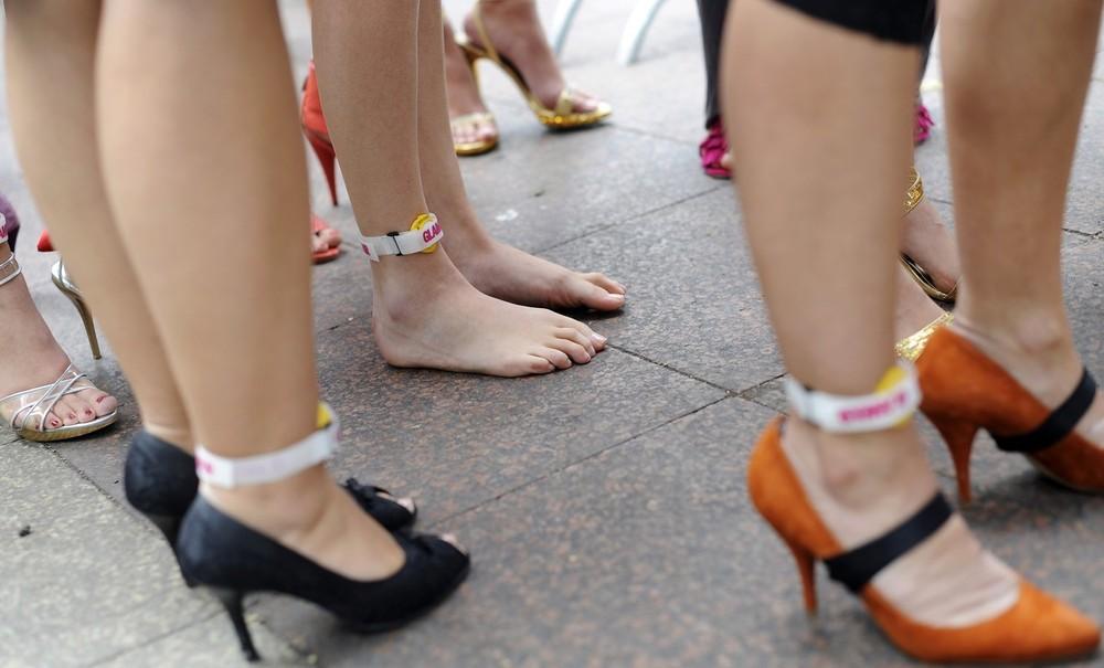 2) Участницы забега должны пробежать стометровку на каблуках, высотой не менее 7 см и толщиной не более 1,5 см.  (BERTHOLD STADLER/AFP/Getty Images)