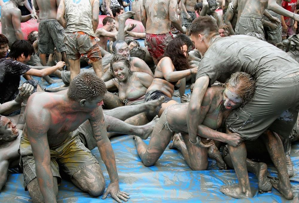 3) Основные мероприятия фестиваля включают в себя борьбу и забеги в грязи, катание на грязевых горках, грязевые процедуры и массаж, конкурсы грязевой скульптуры, грязевые шоу и танцы. (Chung Sung-Jun/Getty Images)