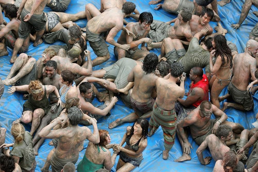 2) Участники фестиваля могут поучаствовать в борьбе и забегах в грязи, катании на грязевых горках и выборах грязевого короля. (Photo by Chung Sung-Jun/Getty Images)