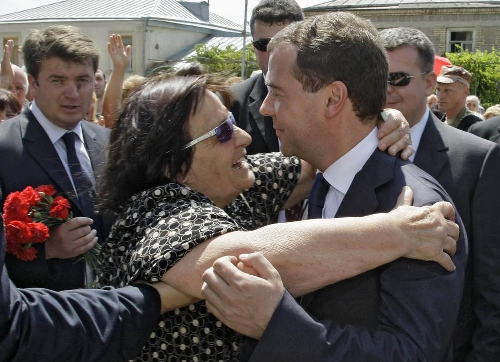 ) Женщина обнимает президента России Дмитрия Медведева во время его визита в Цхинвали 13 июля 2009 года в Южной Осетии. (VLADIMIR RODIONOV/AFP/Getty Images)