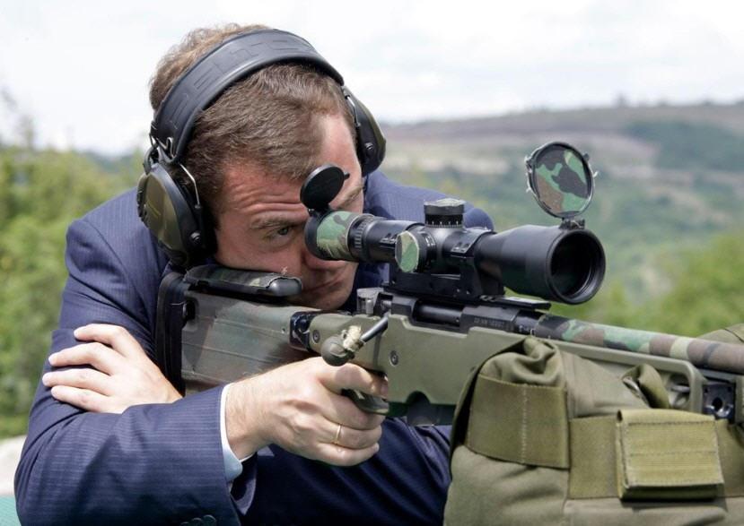 4) Медведев стреляет из английской снайперской винтовки по мишени, которая находится на расстоянии около полукилометра. REUTERS/RIA Novosti/Kremlin/Vladimir Rodionov (RUSSIA POLITICS MILITARY)